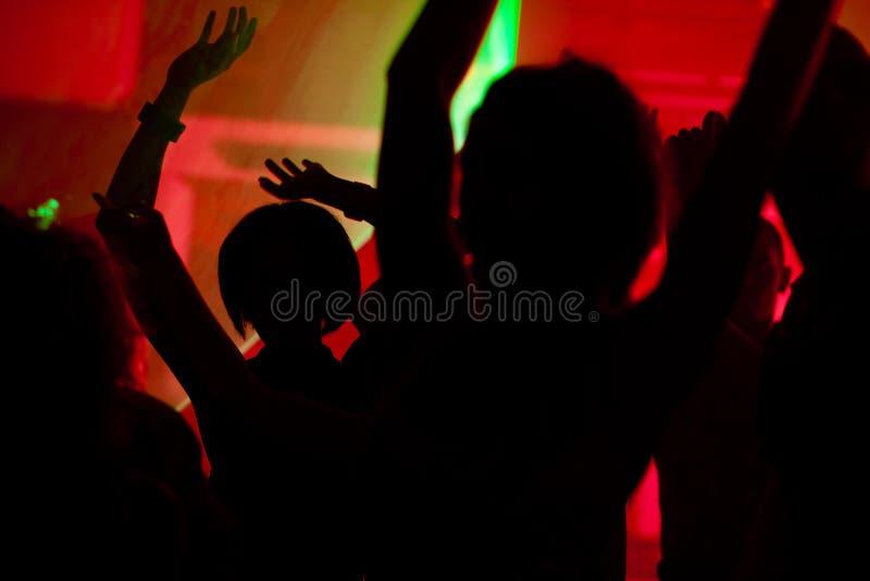 Mensen die in club met laser dansen royalty-vrije stock afbeelding