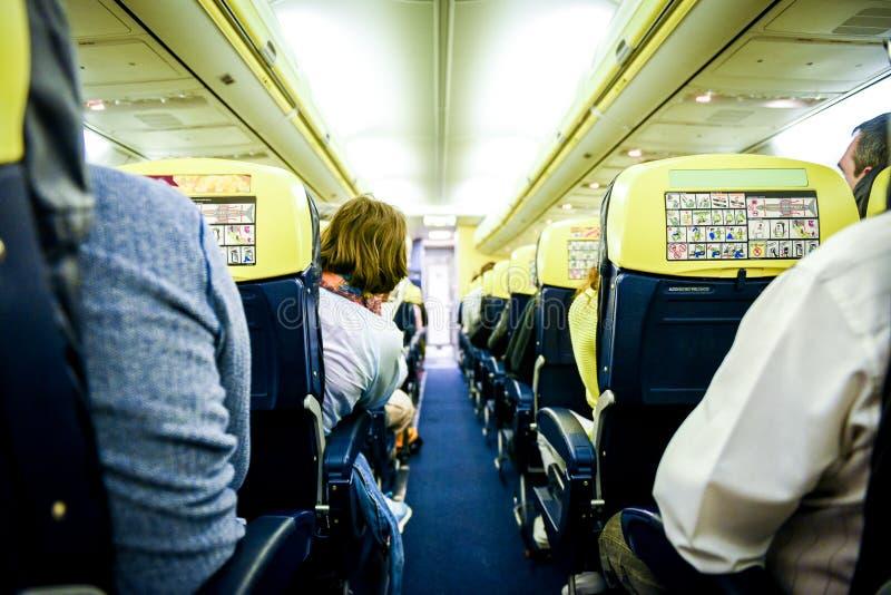 Mensen die in commerciële vliegtuigen zitten stock fotografie