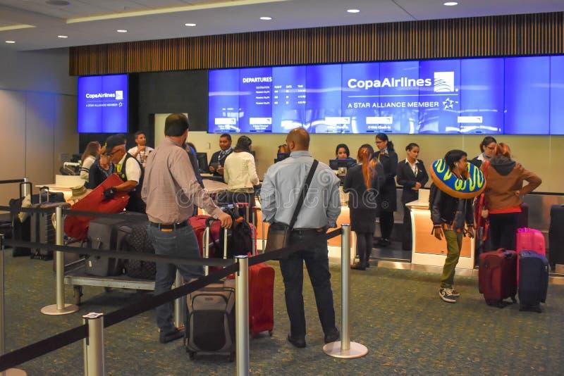 Mensen die controle doen bij Copa Airlines-teller in Orlando International Airport stock afbeelding