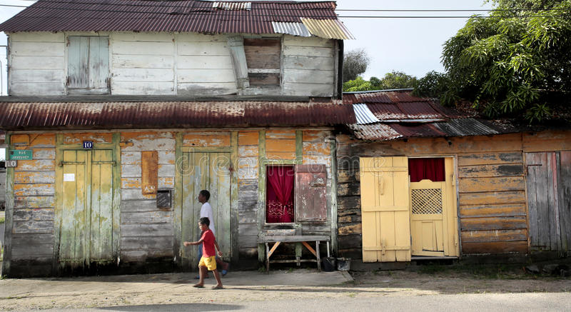 Mensen die, Creoolse architectuur, Mana, Frans-Guyana buiten lopen stock fotografie
