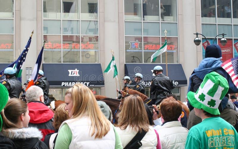 Mensen die de Dag op Parade letten van Heilige Patricks stock afbeelding