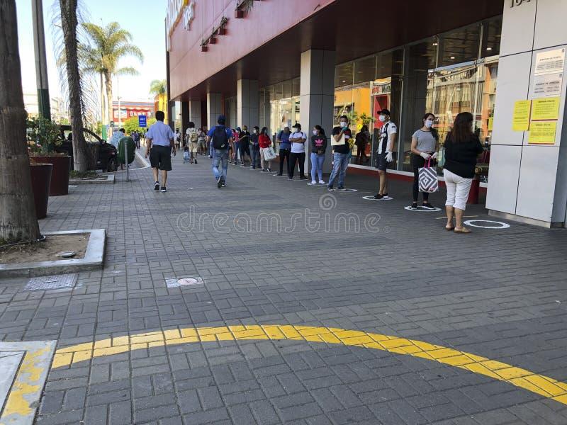 Mensen die de fysieke en sociale afstand in de quarantaine in de stad Lima, Peru, respecteren stock afbeelding