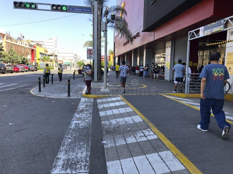 Mensen die de fysieke en sociale afstand in de quarantaine in de stad Lima, Peru, respecteren royalty-vrije stock afbeeldingen