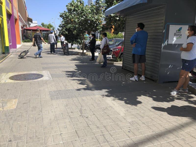 Mensen die de fysieke en sociale afstand in de quarantaine in de stad Lima, Peru, respecteren royalty-vrije stock afbeelding