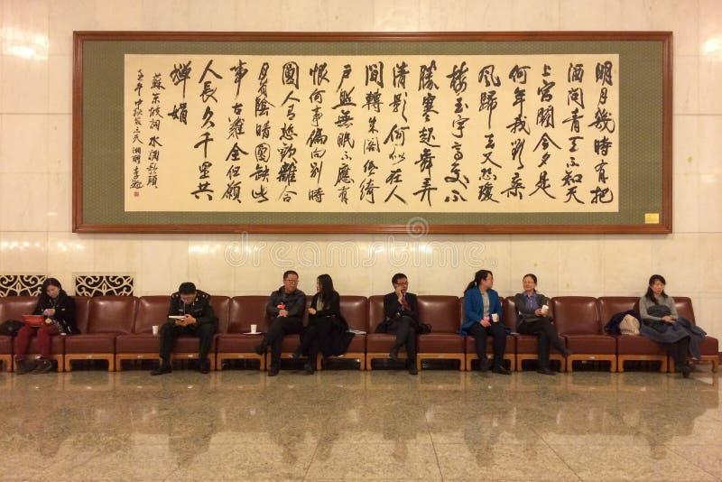 Mensen die in de gang van de Grote Zaal van Mensen in Peking zitten royalty-vrije stock afbeelding