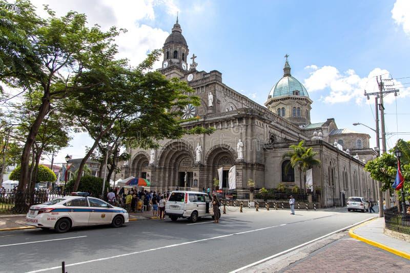 Mensen die de Kathedraal van Manilla bezoeken bij Intramuros, Manilla, Filippijnen, 9,2019 Juni stock afbeeldingen