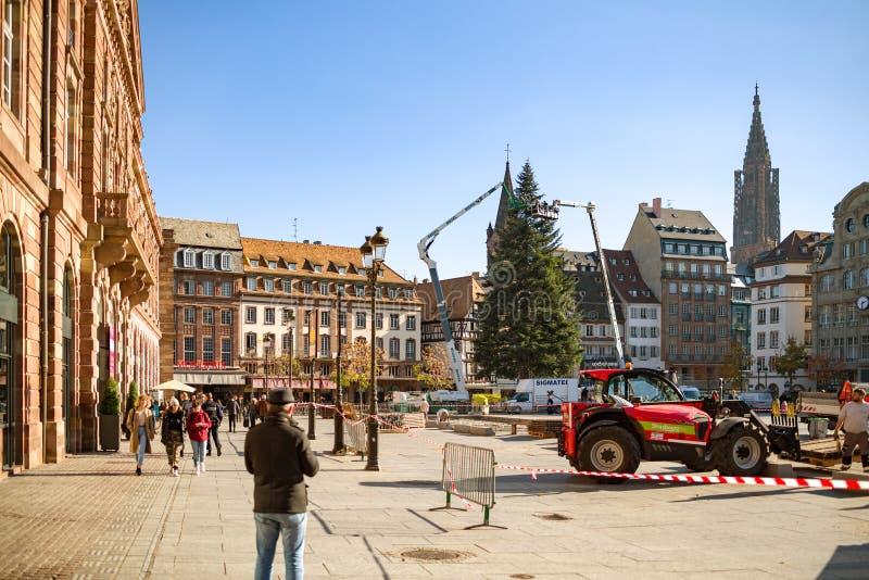 Mensen die de de Kerstboominstallatie bewonderen van Straatsburg stock fotografie