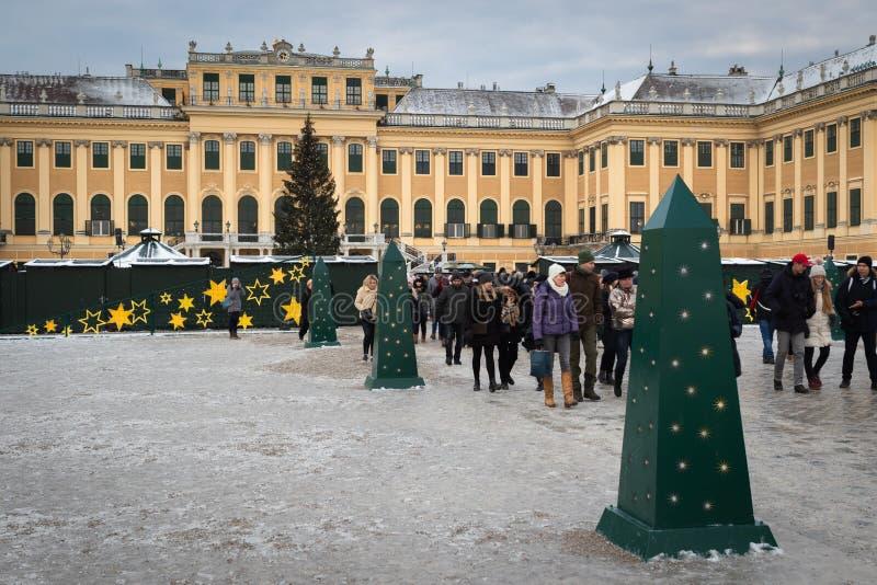 Mensen die de Kerstmismarkt voor Schonbrunn-paleis in Wenen bezoeken stock afbeeldingen