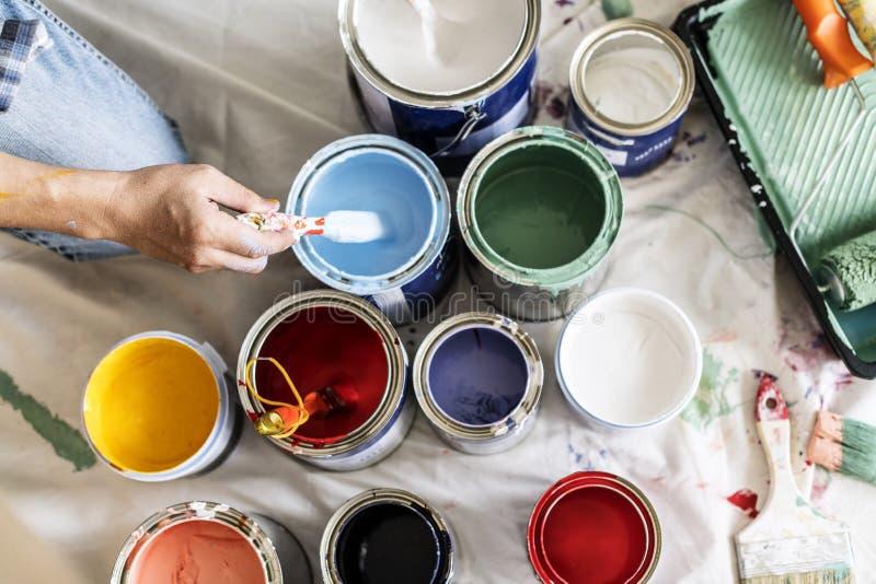 Mensen die de kleuren van de huisverf vernieuwen stock foto's