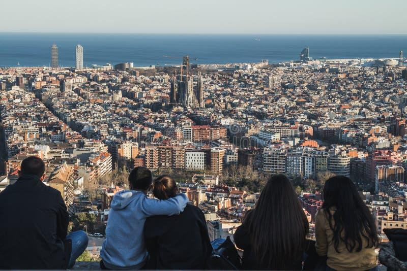 Mensen die de meningen van de stad van Barcelona bewonderen royalty-vrije stock foto's