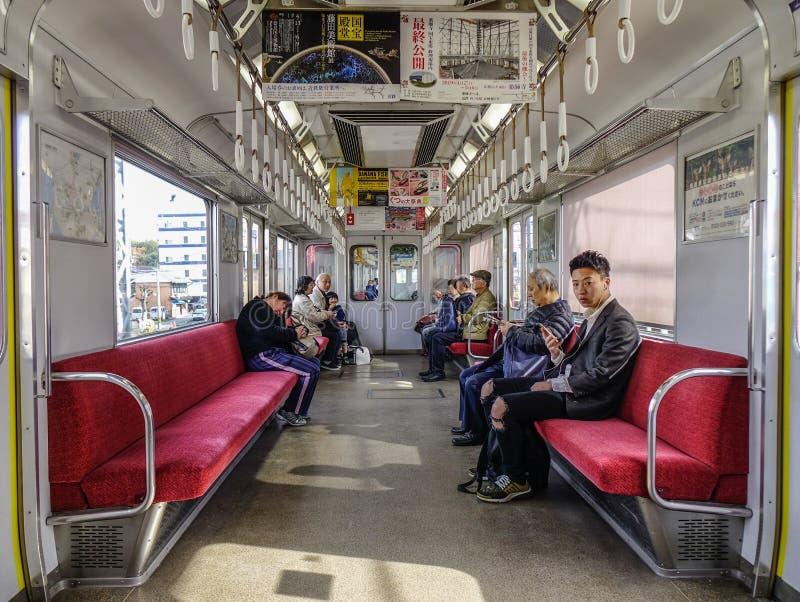 Mensen die in de metro van JR in Tokyo, Japan zitten stock foto