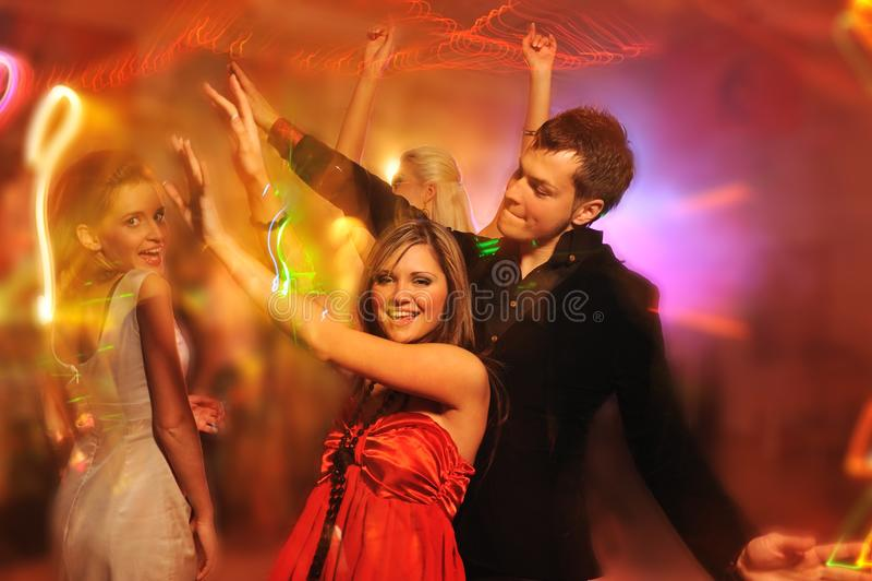 Mensen die in de nachtclub dansen stock foto