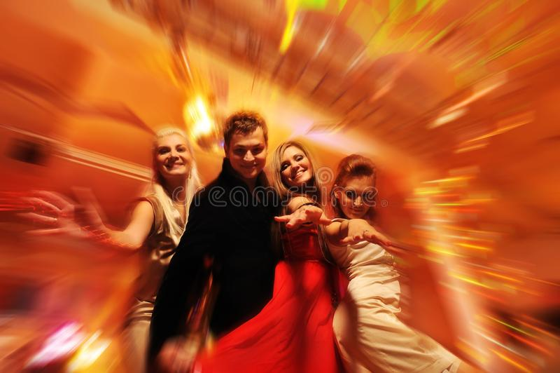 Mensen die in de nachtclub dansen stock foto's