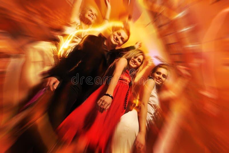 Mensen die in de nachtclub dansen stock afbeeldingen