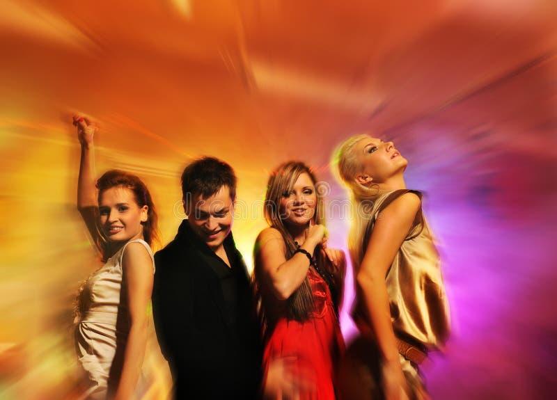 Mensen die in de nachtclub dansen royalty-vrije stock afbeelding