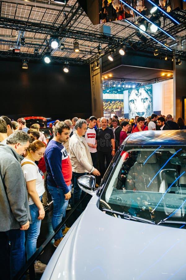 Mensen die de nieuwe Franse e-tijd van Citroën bewonderen DS 3 Crossback stock afbeelding