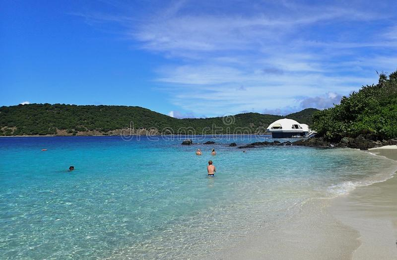 Mensen die in de oceaan bij Coki-de Maagdelijke Eilanden van de Strandv.s. op een heldere November-dag zwemmen stock foto