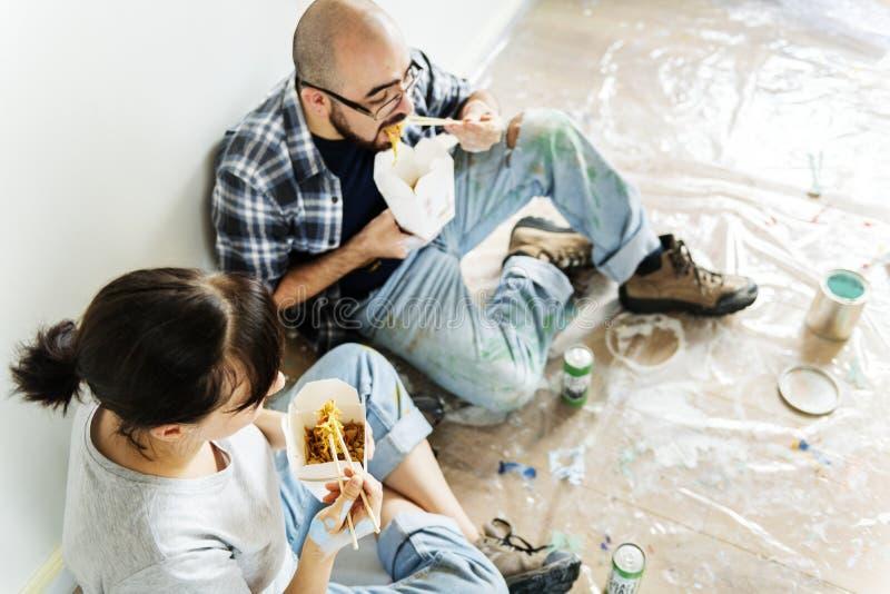 Mensen die de onderbreking van het huisconcept van het werk vernieuwen stock foto