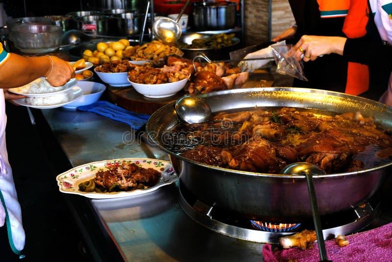 Mensen die de rijst van het varkensvleesbeen verkopen bij de het beenrijst van het winkel verkopende varkensvlees royalty-vrije stock foto's