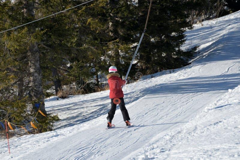 Mensen die de skikabelwagen in de bergen met behulp van stock foto