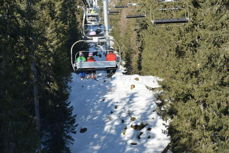 Mensen die de skikabelwagen in de bergen met behulp van royalty-vrije stock fotografie