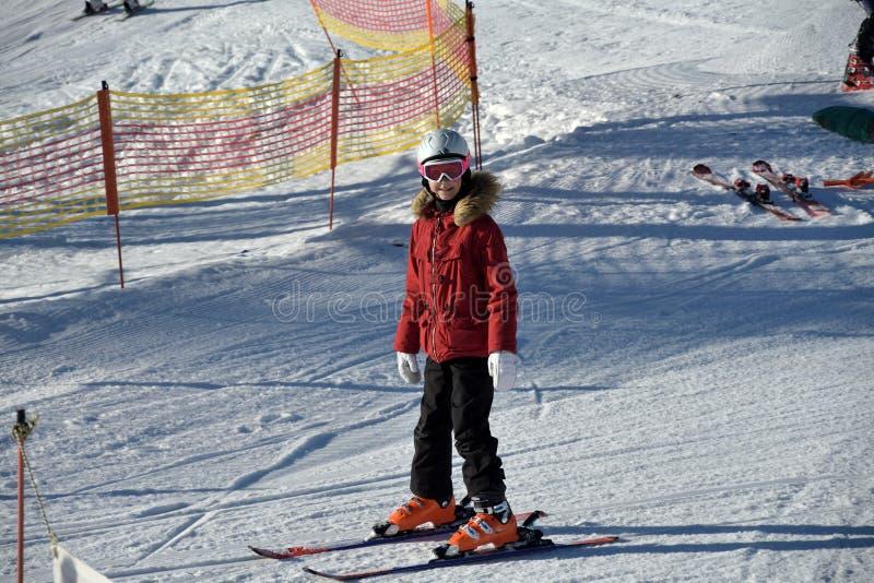 Mensen die de skikabelwagen in de bergen met behulp van royalty-vrije stock afbeelding