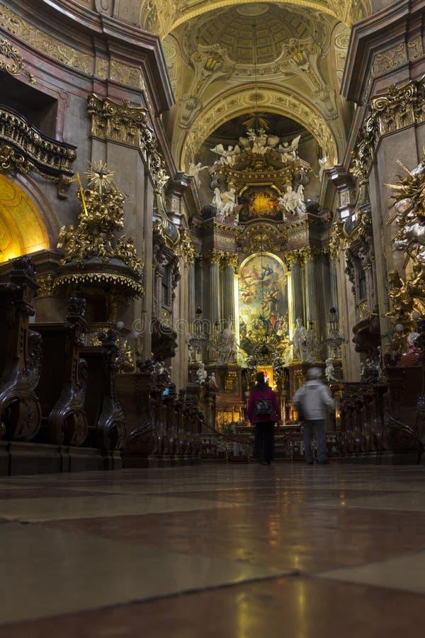 Mensen die de st Peters kerk in Wenen bezoeken stock afbeeldingen