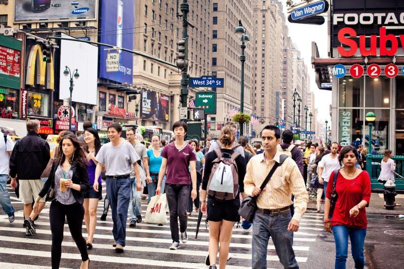 Mensen die de straat in New York kruisen stock foto's