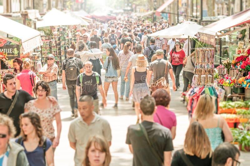 Mensen die in de straat van La Rambla, Spanje, Europa lopen. stock foto