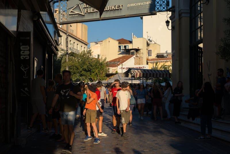 Mensen die de straten van Athene lopen stock afbeelding