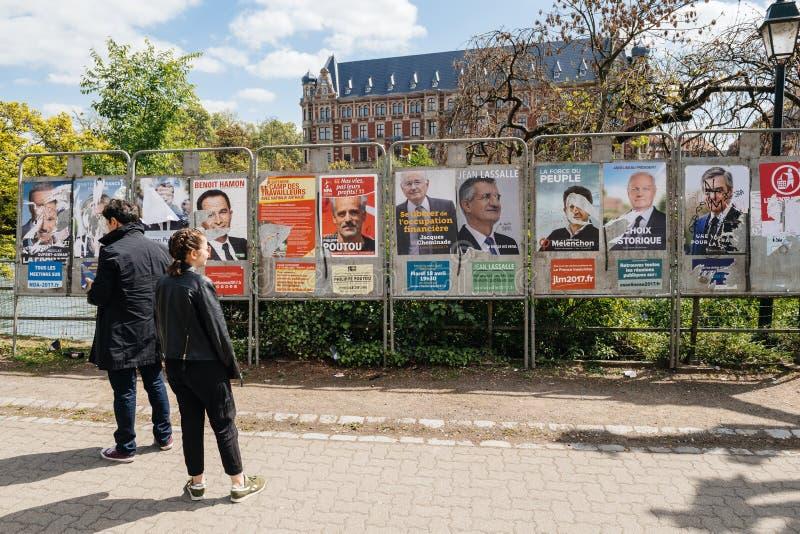 Mensen die de verkiezingenaffiches op de stemmingsdag bewonderen royalty-vrije stock fotografie