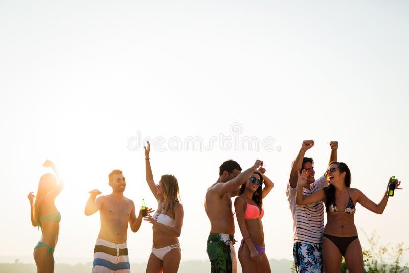 Mensen die in de zomer dansen stock afbeeldingen