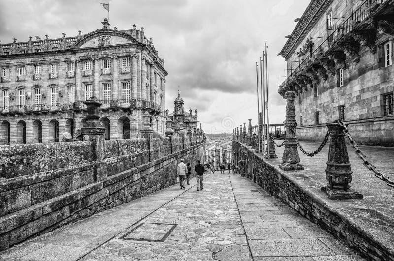 Mensen die dichtbij Obradoiro-Vierkant, Costa do Cristo, in Santiago de Compostela, Galicië, Spanje lopen royalty-vrije stock afbeelding