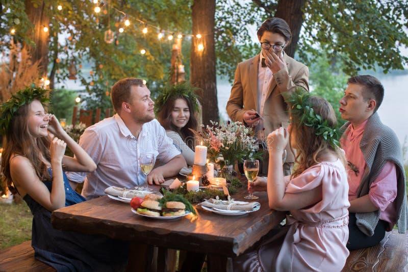 Mensen die diner in tuin hebben royalty-vrije stock foto
