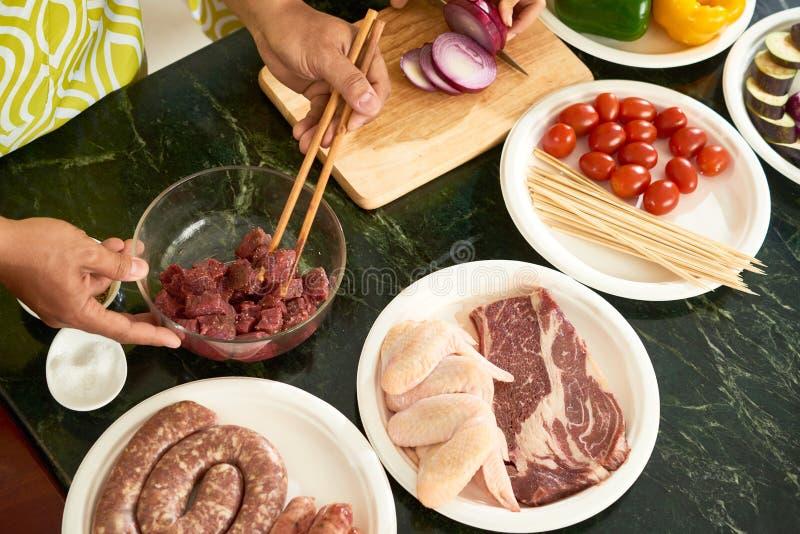 Mensen die diner voorbereiden stock afbeeldingen