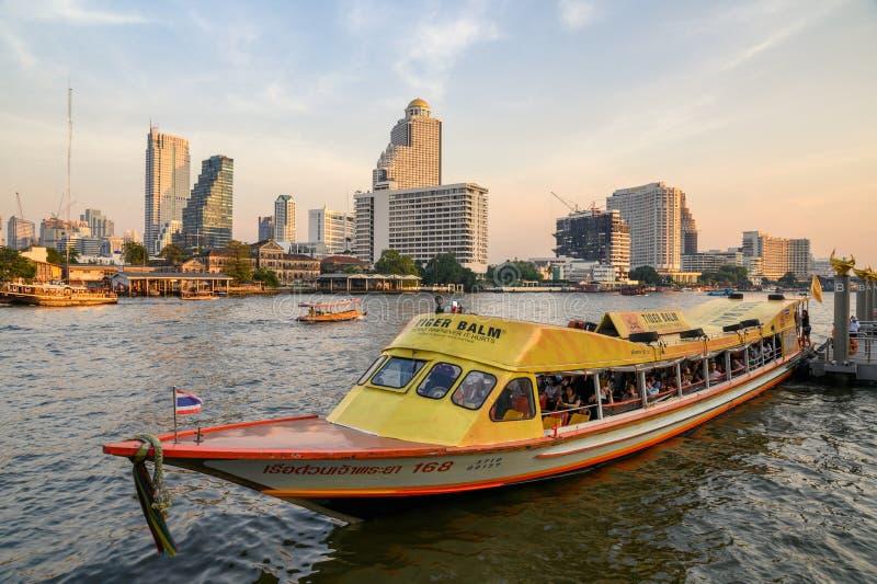 Mensen die door boot op Chao Phraya-rivieroever bij avond reizen royalty-vrije stock afbeelding