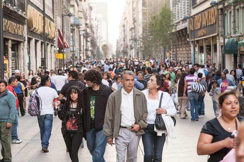 Mensen die door Calle Francisco I lopen Madero in Hictorical-cen stock foto's