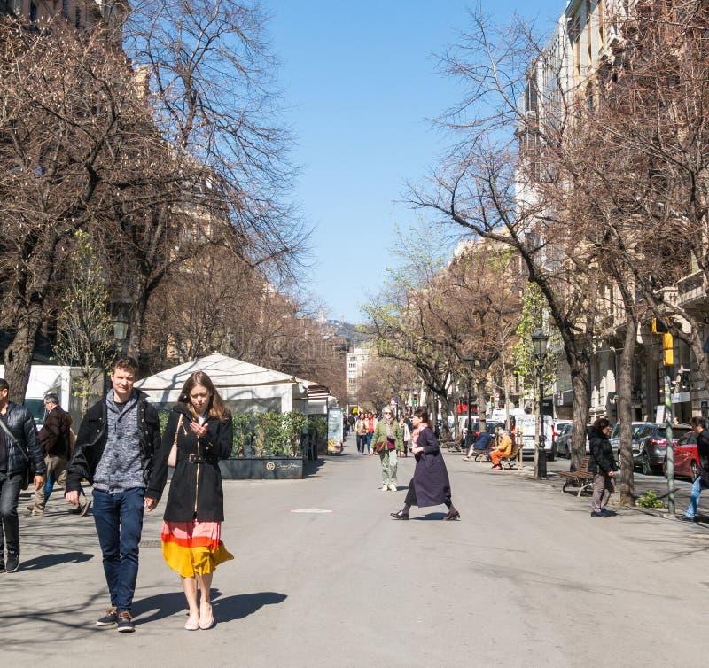 Mensen die door de hogere sectie van La Rambla in Barcelona, Spanje lopen stock foto's