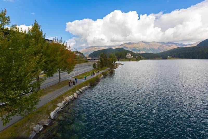 Mensen die door Meer St Moritz in Zwitserland tijdens de Herfst i lopen stock foto's