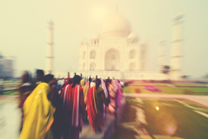 Mensen die door Taj Mahal Famous Place Concept lopen stock foto