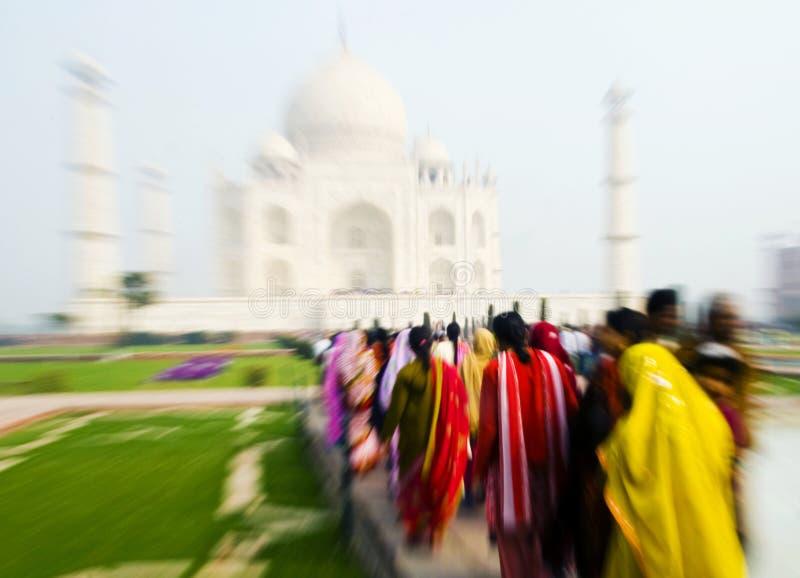 Mensen die door Taj Mahal lopen royalty-vrije stock foto's