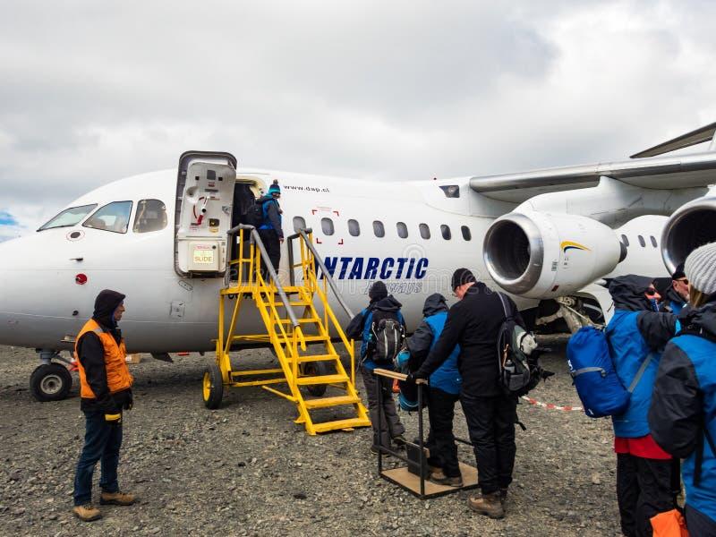 Mensen die een Antarctische Luchtroutesvlucht bij Koning George Island, Antarctica inschepen royalty-vrije stock foto