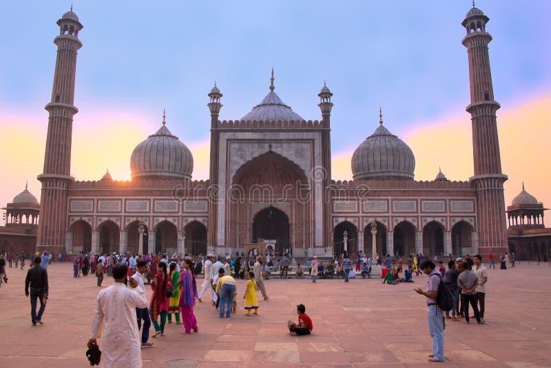 Mensen die in een binnenplaats van Jama Masjid bij zonsondergang lopen, Delhi, I stock foto's