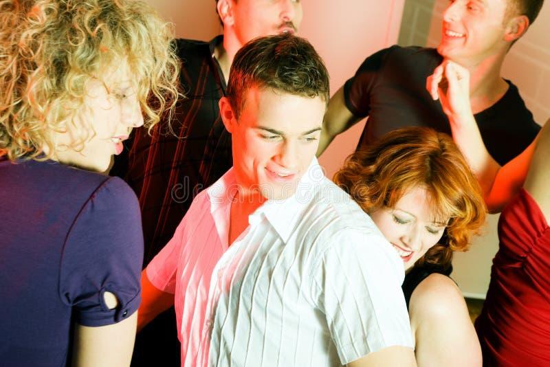 Mensen die in een club dansen royalty-vrije stock afbeelding