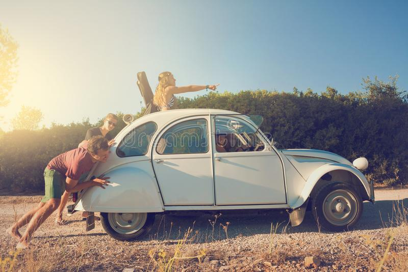 Mensen die een gebroken auto duwen royalty-vrije stock foto's