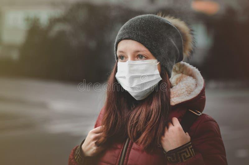 Mensen die een masker op de straat dragen Bescherming tegen virus en greep stock afbeeldingen