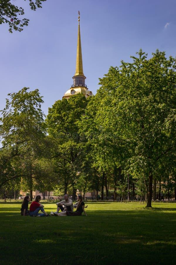 Mensen die in een park van heilige-Petersburg rusten stock foto's