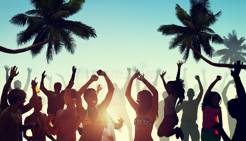 Mensen die een Partij hebben door het Strand stock foto's