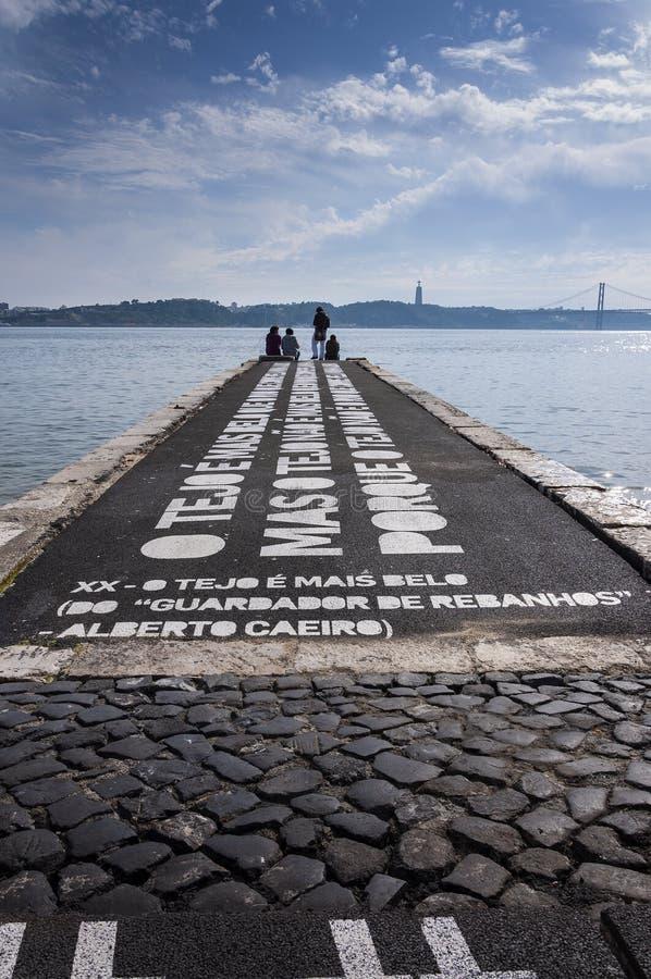 Mensen die in een pijler door de Tagus-Rivier in de stad van Lissabon, Portugal ontspannen royalty-vrije stock foto's