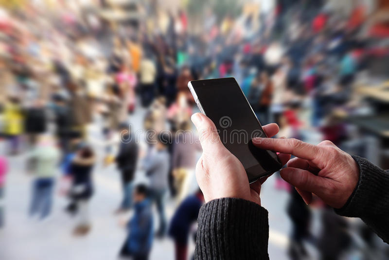 Mensen die een smartphone in werking stellen stock afbeelding